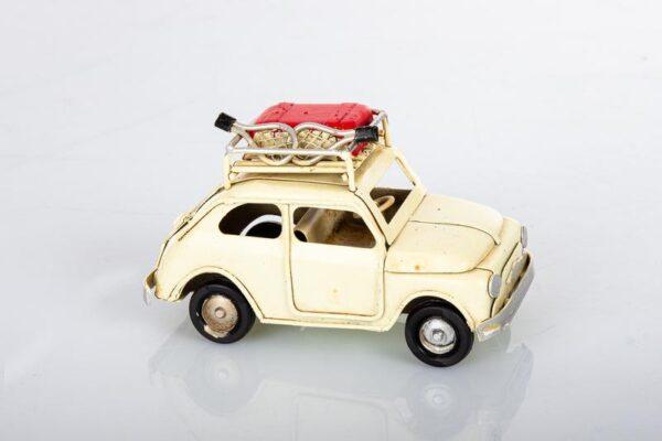 Auto 500 in metallo colore panna con racchette sul portabagagli