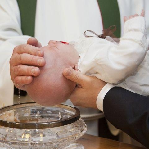 Come organizzare un battesimo: Guida in 12 step fondamentali