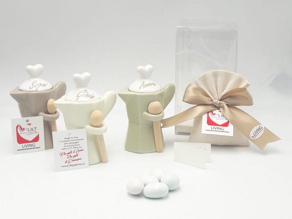 Zuccheriera a forma di Moka in porcellana della linea solidale LILT-Living, comprensiva di astuccio e sacchetto portaconfetti